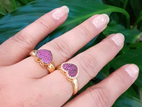 Anéis corações com pedras vermelha